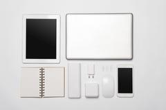 Un sistema minimalistic de los accesorios blancos del negocio y de revelador digital Foto de archivo libre de regalías