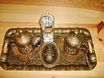 Un sistema para el café de consumición, una taza y el tordo, cubiertos con las tapas de bronce, hechas bajo antigüedad, vista sup foto de archivo