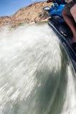 Un ski rapide de jet coupe la surface du lac soulevant la spl de ébullition Image libre de droits