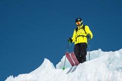 Un skieur parasitaire dans l'équipement complet se tient sur un glacier dans le Caucase du nord Skieur préparant avant de sauter  photos stock