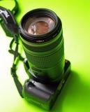 Un SLR digital avec un téléobjectif Images stock