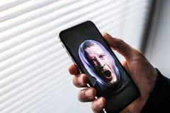 Un smartphone usando sistema de reconocimiento de la identificación de la cara foto de archivo libre de regalías
