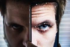 Un smartphone utilisant le système de reconnaissance d'identification de visage photo libre de droits