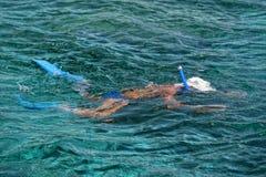 Un snorkelist en la isla tropical del paraíso de la turquesa de Siladen fotos de archivo libres de regalías