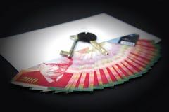 Un sobre con la tarjeta del dinero, de la llave y de crédito Imagen de archivo libre de regalías