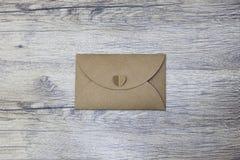 Un sobre en el fondo de madera la imagen representa el correo electrónico, correo, comunicación imágenes de archivo libres de regalías
