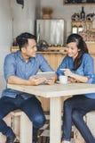 Un socio commerciale di due giovani che per mezzo insieme della compressa Fotografie Stock Libere da Diritti