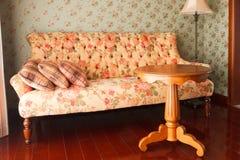 Un sofà e una tabella in un salone Immagine Stock