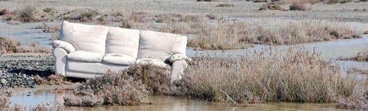 Un sofà in natura immagini stock