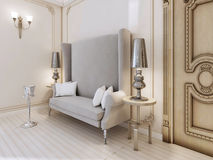 Un sofá clásico del diseñador con una parte posterior del alto en el dormitorio Fotografía de archivo
