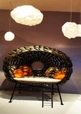 Un sofá en Salone Del Mobile, Milano foto de archivo libre de regalías