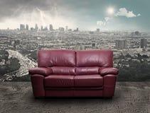 Un sofá en un fondo urbano Imagen de archivo