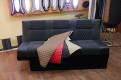 Un sofá para la parte posterior del coche imagenes de archivo