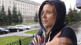 Un soggiorno della donna sulla via e sulle gelate archivi video