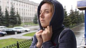 Un soggiorno della donna sulla via e sulle gelate video d archivio