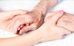 Un soin est à la maison des personnes âgées Photographie stock