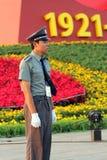 Un soldado coloca al guardia en la Plaza de Tiananmen en Pekín Foto de archivo