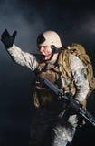 Un soldado en el humo después de la explosión Imagen de archivo libre de regalías
