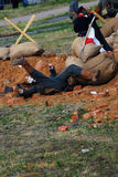 Un soldado se cae abajo Reconstrucción de la batalla de Osovets Fotos de archivo libres de regalías