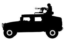 Un soldado se coloca con un rifle, en un vector militar de la silueta del jeep stock de ilustración