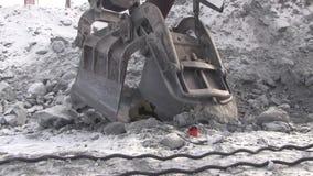 Un soldador de trabajo del metal funciona en una mina metrajes