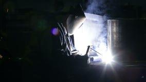 Un soldador en la planta almacen de video
