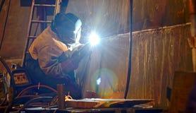 Un soldador que trabaja en el astillero Fotos de archivo
