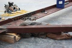 Un soldador Welding Angle Brace para atar la vigueta imagenes de archivo