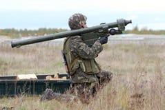 Un soldat avec le système portatif de défense aérienne Igla-1 Photographie stock