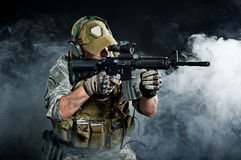 Un soldat dans la fumée après l'explosion Photo stock