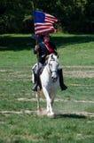 Soldat des syndicats sur le cheval avec le drapeau Image stock