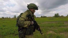 Un soldat russe marche le long du champ banque de vidéos