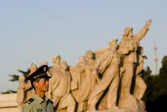 Un soldat sous la sculpture révolutionnaire, Pékin, porcelaine Photo libre de droits