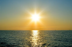 Un sole luminoso sopra il mare prima del tramonto Fotografia Stock Libera da Diritti