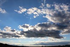 Un sole nascosto su nel cielo Fotografie Stock Libere da Diritti