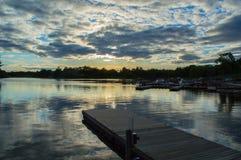 Un soleil d'ensemble au-dessus d'une baie claire Photo libre de droits