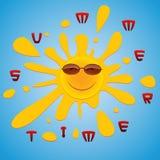 Un soleil gai dans des lunettes de soleil jette un coup d'oeil par derrière dans le ciel bleu Images libres de droits