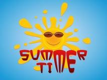 Un soleil gai dans des lunettes de soleil jette un coup d'oeil par derrière dans le ciel bleu Photo libre de droits