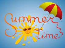 Un soleil gai dans des lunettes de soleil jette un coup d'oeil par derrière un parapluie dans le ciel bleu Photographie stock libre de droits