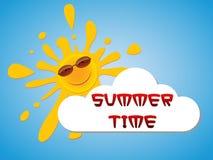 Un soleil gai dans des lunettes de soleil piaule par derrière un nuage dans le ciel bleu Photo libre de droits