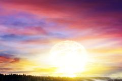 Un soleil lumineux dans le ciel Matin solaire image stock