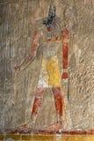 Un sollievo inciso che descrive Anubis il dio canino dei morti al tempio di Hatshepsut ad Al-Bahari di Deir vicino a Luxor nell'E fotografie stock libere da diritti