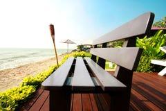 Un solo banco en la playa Imagen de archivo libre de regalías