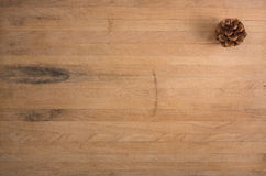 Un solo cono del pino en bloque de carnicero Foto de archivo libre de regalías