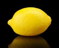 Un solo limón aislado en negro Fotografía de archivo