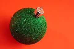 Un solo ornamento verde de la Navidad imagen de archivo libre de regalías