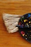 Un sombrero colorido de las brujas y una escoba Fotografía de archivo libre de regalías