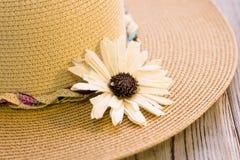 Un sombrero de paja con una flor Imágenes de archivo libres de regalías
