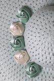 Un sombrero femenino de ala ancha es verde claro, adornado con las flores hechas en casa Flores de la tela bajo la forma de rosas Fotos de archivo libres de regalías