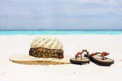 Un sombrero y sandalias Foto de archivo